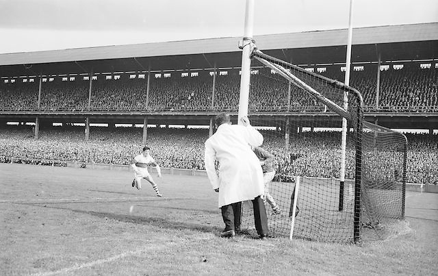 Derry player runs towards the goalie during the All Ireland Minor Gaelic Football Final Kerry v. Derry in Croke Park on the 26th September 1965.