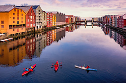 THEMENBILD - Kajakfahrer mit ihren Booten bei den farbenfrohen Speicherhäuser am Kanalhafen, aufgenommen am 14. Maerz 2019 in Trondheim, Norwegen // Kayakers with their boats at the colourful storehouses at the canal harbour, Trondheim, Norway on 2018/03/14. EXPA Pictures © 2019, PhotoCredit: EXPA/ JFK