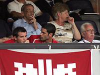 Der Schweizer Alex Frei verfolgt das Spiel mit Bernt Haas und dem Delegierten Ernst Laemmli (NO MOBILE - NO PDA - NO MMS). © Valeriano Di Domenico/EQ Images