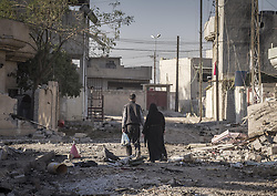 November 26, 2016 - Mosul, Nineveh Governorate, Iraq - Iraqi couple at the ruins of Moul. (Credit Image: © Berci Feher via ZUMA Wire)