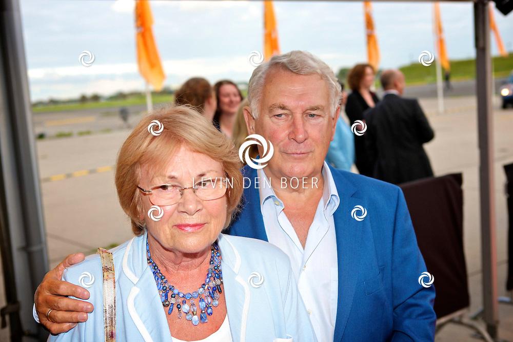 KATWIJK - Op vliegbasis Valkenburg hield Soldaat van Oranje een tweede premiere ter gelegenheid van een nieuwe Cast.  Met op de foto Koos Postema met partner Ineke. FOTO LEVIN DEN BOER - PERSFOTO.NU