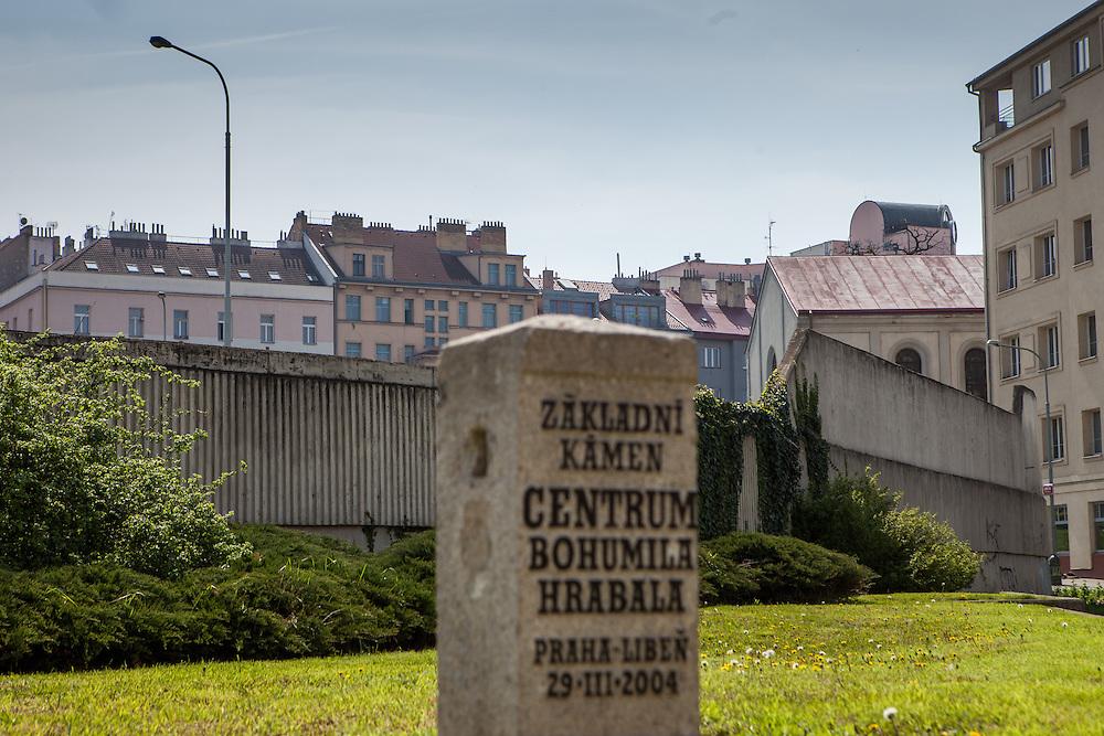 """Die Straße """"Na Hrazi"""" (Am Damm), der ehemalige Wohnort von Schrifteller Bohumil Hrabal in Prag Liben. Auf dem Bild der Grundstein für das Bohumil Hrabal Zentrum von 2004. Rechts im Hintergrund die alte Synagoge sowie Hausfassaden."""