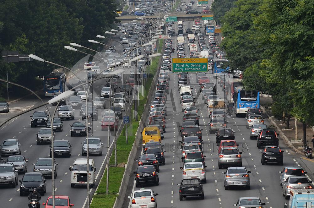 SAO PAULO, 08 DE FEVEREIRO DE 2013. - TRANSITO - Transito intenso na Avenida 23 de Maio, altura do viaduto Tutoia, na manha desta sexta feira, 08, regiao sul da capital. (FOTO: ALEXANDRE MOREIRA / BRAZIL PHOTO PRESS).