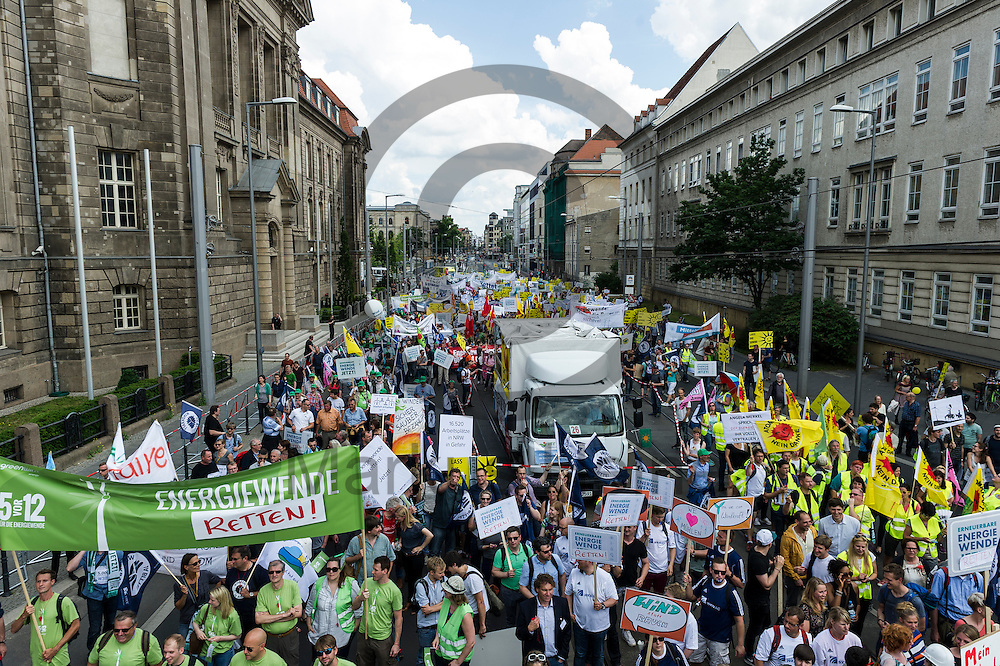&Uuml;berlichtbild &uuml;ber die Klima Demonstration am 02.06.2016 in Berlin, Deutschland. Mehrere Tausend Menschen gingen unter dem Motto: &quot;Energiewende retten! Arbeit sichern! Klimaschutz durchsetzen, EEG verteidigen!&quot; auf die Stra&szlig;e um f&uuml;r den Klimawandel und gegen eine &Auml;nderung des Erneuerbare Energien Gesetz zu demonstrieren. Foto: Markus Heine / heineimaging<br /> <br /> ------------------------------<br /> <br /> Ver&ouml;ffentlichung nur mit Fotografennennung, sowie gegen Honorar und Belegexemplar.<br /> <br /> Bankverbindung:<br /> IBAN: DE65660908000004437497<br /> BIC CODE: GENODE61BBB<br /> Badische Beamten Bank Karlsruhe<br /> <br /> USt-IdNr: DE291853306<br /> <br /> Please note:<br /> All rights reserved! Don't publish without copyright!<br /> <br /> Stand: 06.2016<br /> <br /> ------------------------------
