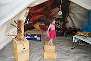 Een meisje kijkt geinteresseerd rond in de tent voor babyzorg. In Utrecht heeft Artsen Zonder Grenzen een tentenkamp opgezet in het park Lepelenburg. Met het kamp wil de organisatie laten zien welk medische noodhulp het verricht in de noodhulpkampen in de wereld. Hulpverleners van AZG geven rondleidingen door  onder meer een (opblaasbaar) veldhospitaal, een voedingskliniek en een cholerakliniek.<br /> <br /> In Utrecht, MSF has set up a tent camp in the park Lepelenburg. In the camp, the organization wants to show what kind of emergency medical services they provide in the emergency camps in the world. MSF aid workers give tours including a (inflatable) field hospital, a nutrition clinic and a cholera clinic.