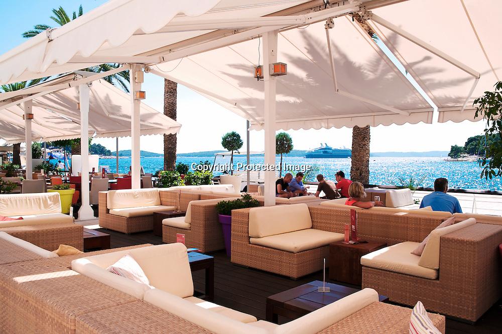 La terrasse de l'hôtel de la Riva est aux première loges pour suivre le balais des yacht et des stars qui accostent Hvar pour profiter de ses nuits de fêtes.