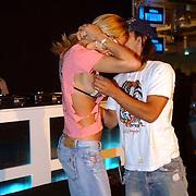 NLD/Amsterdam/20050730 - Sieradenbeurs 2005, Jorinde Moll laat haart t-shirt kapot knippen door T-shirt kunstenaar Ed Hardy