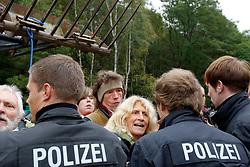Kurz vor dem Umladebahnhof in Dannenberg versammeln sich Castorgegner zum sonntaglichen Spaziergang. Zunächst gehen sie, in Begleitung der Polizei, friedlich auf dem Bahndamm und lassen den Personenzug passieren. Am Übergang Posade kommt es zu Handgreiflichkeiten, als die Polizei ein Kletterband durchschneidet. <br /> <br /> Ort: Posade<br /> Copyright: Andreas Conradt<br /> Quelle: PubliXviewinG