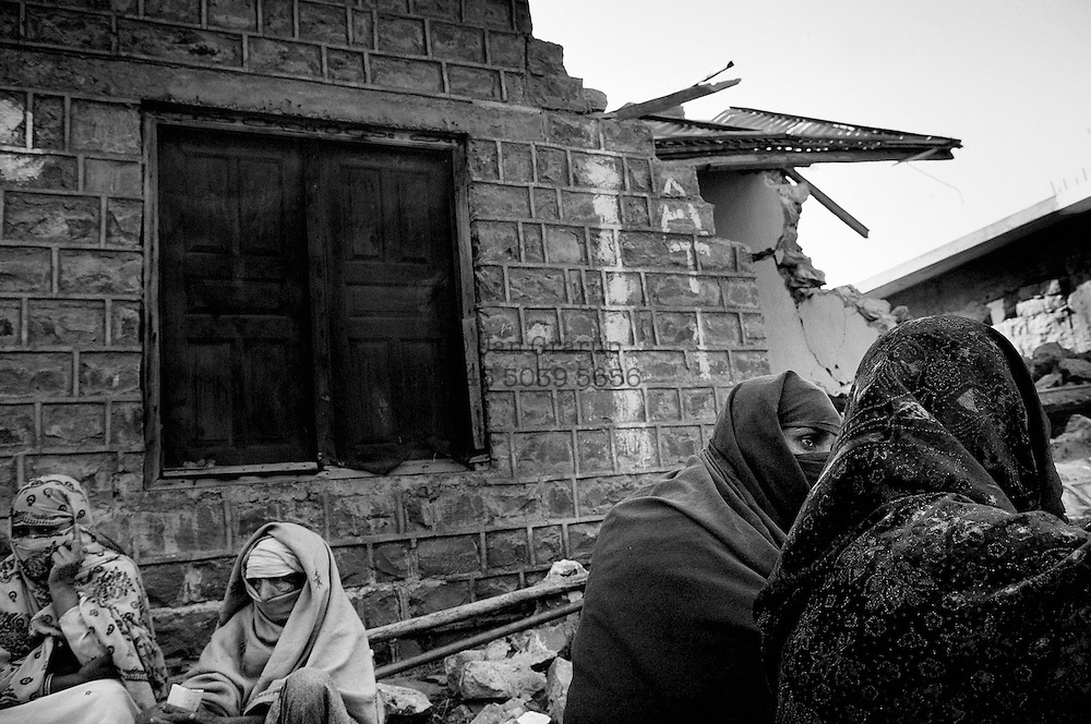 Women waiting to be eavcuated from the village Patikka in the Neelum valley, some 14 kilometers from the epicenter.<br /> Patikka, Nov. 2005