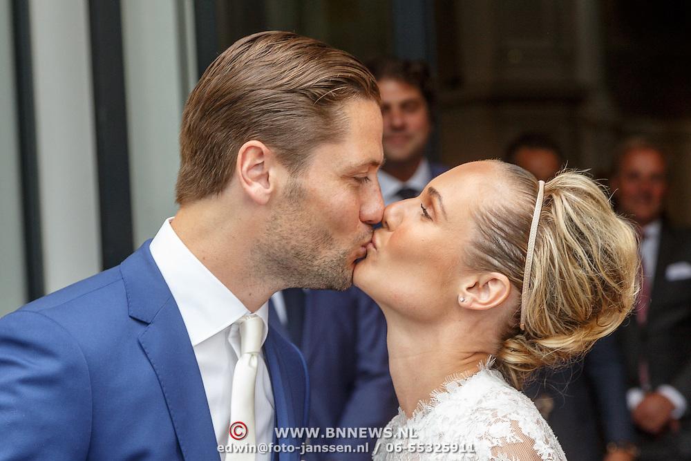 NLD/Amsterdam/20150620 - Huwelijk Kimberly Klaver en Bas Schothorst, bruid Kimberly Klaver kussend