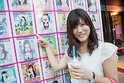 24-åriga Shiori Hosokawa besöker AKB48s Café och butik dagligen. Hon bor i närheten.