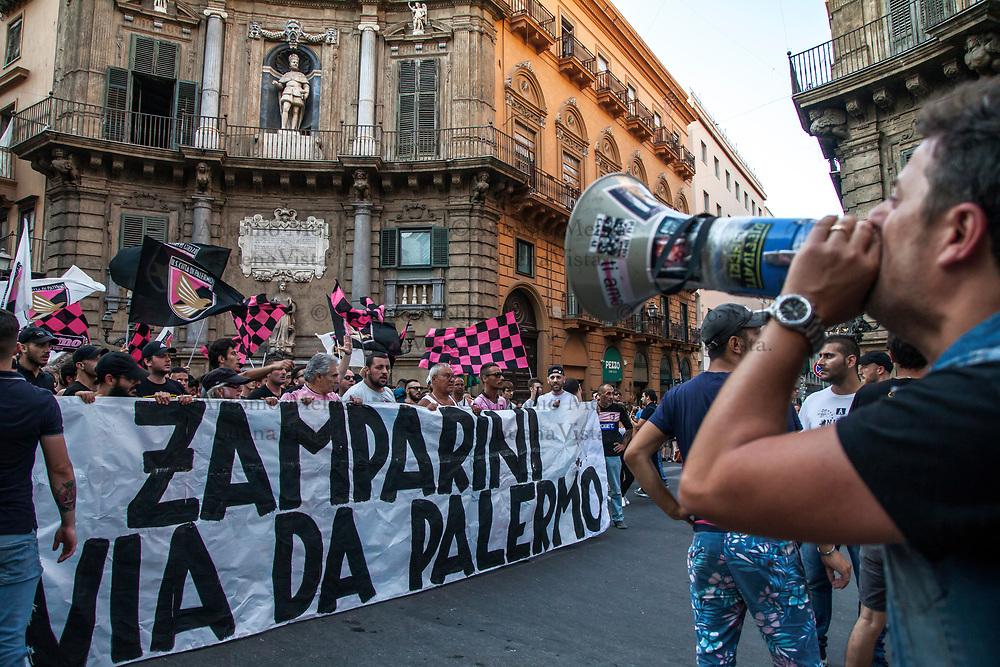 I tifosi rosanero sono scesi in piazza per contestare il Presidente Zamparini e sollecitare la vendita della Società Città di Palermo.