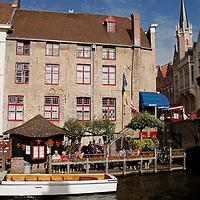 Europe, Belgium, Brugges. Canal cafe of Brugges.