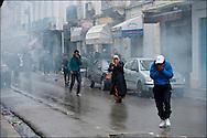 Les forces de police utilisent du gaz lacrymogène pour disperser la foule de manifestants à proximité de l'ambassade de France. // Des affrontements entre la police et les manifestants ont éclaté dans le centre de Tunis, notamment avenue Habib Bourguiba, faisant (selon Associated Press) 3 morts (prétendument par balle) et 12 blessés parmi les manifestants, Tunis le 26 février 2011.