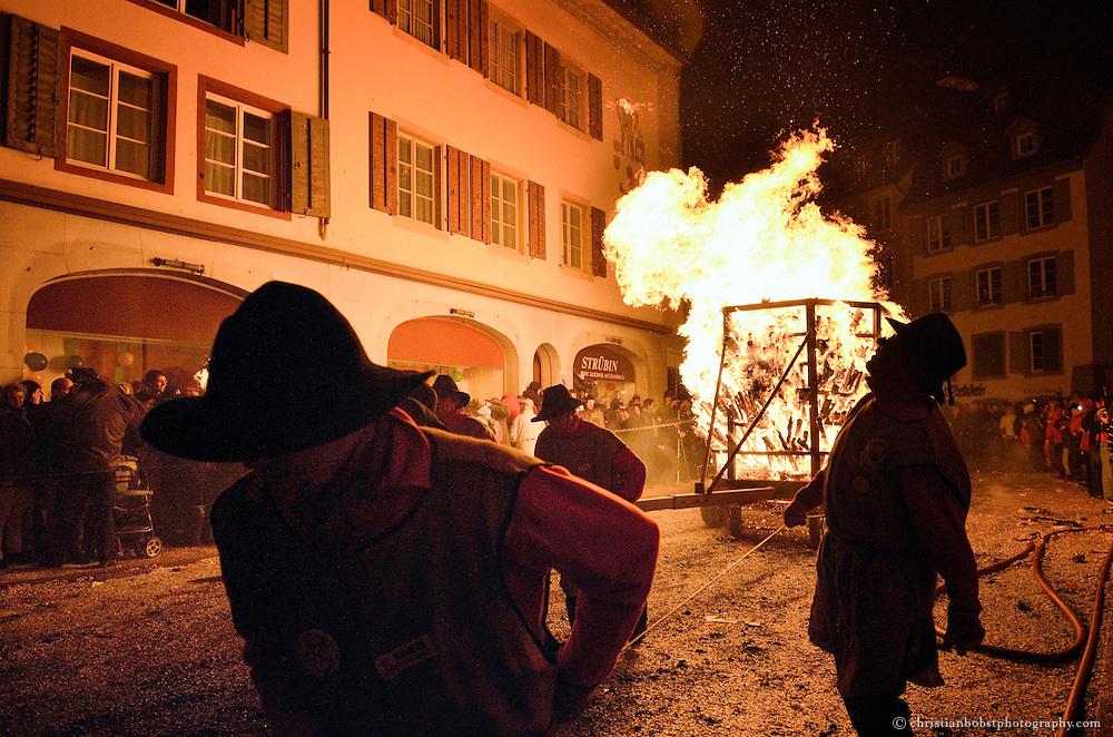 Liestal, Schweiz, 14.3.2001. Der Chiembäse ist ein traditioneller Umzug mit Feuerwagen und Fackeln (nach denen der Umzug benannt ist) durch die Altstadt von Liestal. Jedes Jahr leitet der Chiembäse in Basel den Fasnachtsbeginn ein.