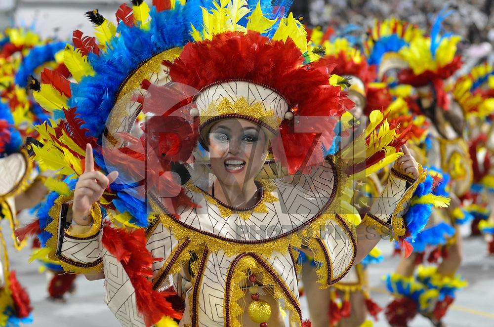 SAO PAULO, SP, 10 FEVEREIRO 2013 - CARNAVAL SP - GAVIEOES DA FIEL  - Integrantes da escola de samba Gavioes da Fiel durante desfile no segundo dia do Grupo Especial no Sambódromo do Anhembi na região norte da capital paulista, na madrugada deste domingo, 10. FOTO: LEVI BIANCO - BRAZIL PHOTO PRESS
