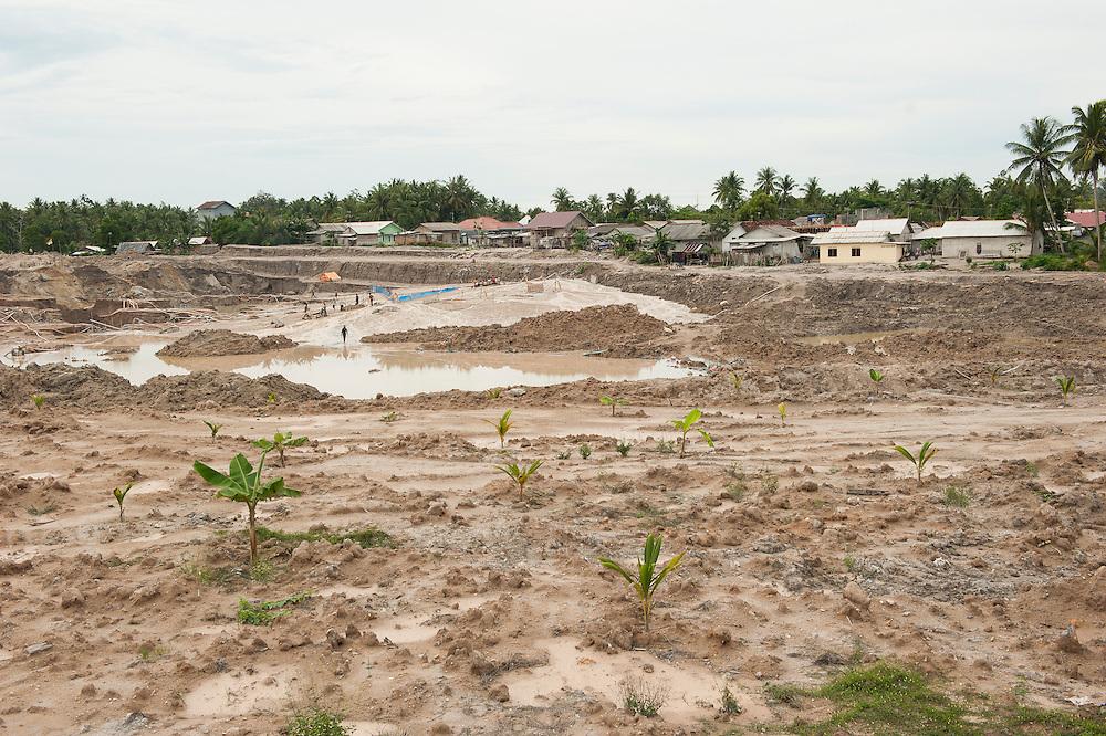 Mine de Pemali, plus grande mine l&eacute;gale de Bangka. Exploit&eacute; par PT-Timah. Elle produit 60 tonnes d'&eacute;tain par mois. <br /> <br /> L'&icirc;le de Bangka (Indon&eacute;sie) est d&eacute;vast&eacute;e par des mines d'&eacute;tain. La demande de l'&eacute;tain a explos&eacute; &agrave; cause de son utilisation dans les smartphones et tablettes.