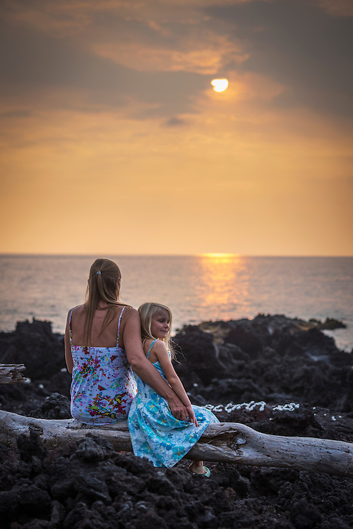 USA, Hawaii, Big Island, mother and daughter at sunset near Captain Cook, MR
