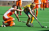 MELBOURNE -  Duel tussen Bob de Voogd (l) en Matthew Swann  van Australie tijdens de finale  tussen de mannen van Nederland en Australie  bij de Champions Trophy hockey in Melbourne. ANP KOEN SUYK