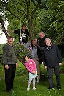 Gruppenbild mit Mädchen. Von links: Balu, der schon als kleiner Junge die Natur liebte, Sascha, der in dieser Saison neu<br /> dabei ist, Peter, der von SÜSSEN FRÜCHTEN nie genug kriegt, Gerrit, ausnahmsweise ohne Hundedame Nic, und Jürgen<br /> vom Hinz&Kunzt-Vertrieb. Auf der Parzelle fühlt sich auch Valentina, die Tochter des Fotografen, wohl.
