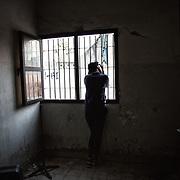 Une fille, à la fin d'une leçon de takwondoo, au Centre Socio Culturel de Thiaroye sur Mer