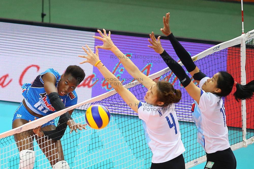 17-06-2016 ITA: World Grand Prix Italie - Thailand, Bari<br /> Bij de stand 16-15 in de tweede set was er een stroom storing in de hal. De speelsters gingen spelletjes met elkaar en het publiek doen. Na ruim een uur wachten was het licht nog steeds niet aan waardoor de wedstrijd gestaakt werd / Paola Ogechi Egonu #18 of Italie<br /> <br /> ***NETHERLANDS ONLY***