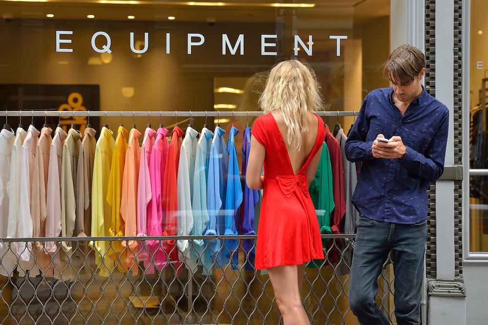 Couple shopping in Soho,New York, Manhattan, USA<br /> Model release 0340,0341