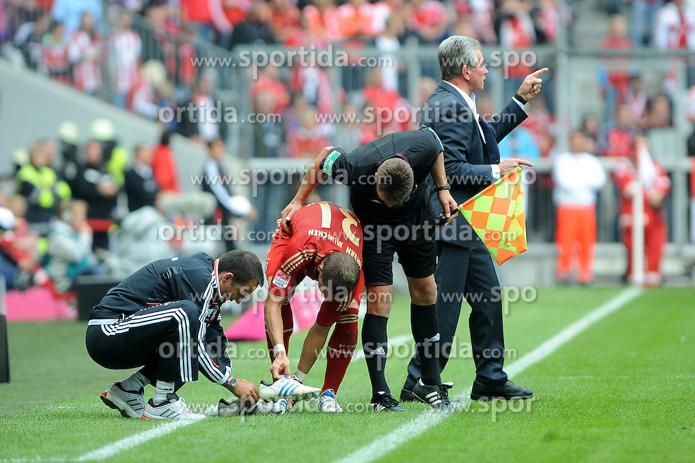 15.09.2012, Allianz Arena, Muenchen, GER, 1. FBL, FC Bayern Muenchen vs 1. FSV Mainz 05, 03. Runde, im Bild Bastian SCHWEINSTEIGER (FC Bayern Muenchen) muss die Schuhe wechseln. // during the German Bundesliga 03rd round match between FC Bayern Munich and 1. FSV Mainz 05 at the Allianz Arena, Munich, Germany on 2012/09/15,, , , , . EXPA Pictures © 2012, PhotoCredit: EXPA/ Eibner/ Wolfgang Stuetzle..***** ATTENTION - OUT OF GER *****