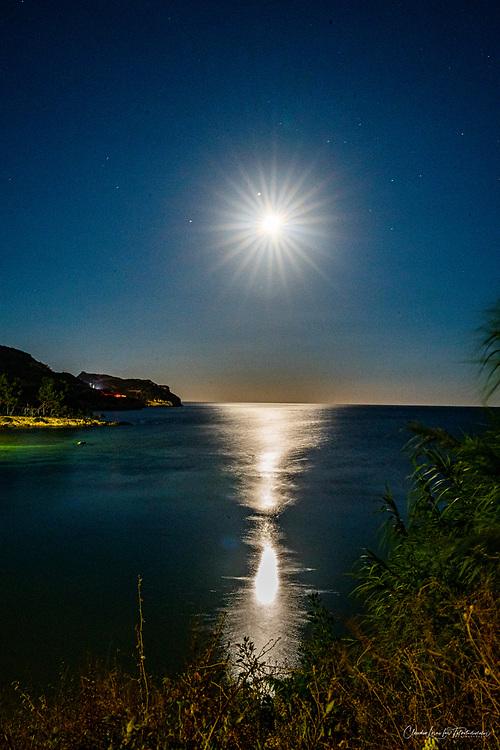Cala mosca Cagliari, visuale notturna con luna piena