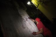 I battenti lasciano l'impronta delle loro mani sporche di sangue sui muri del borgo