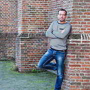 Mick van Wely werkt als misdaadjournalist voor Dagblad van het Noorden en belicht de misdaad in Nederland. Hij schrijft over alle facetten van criminaliteit, veiligheid en beleid op dit gebied en bericht regelmatig vanuit de rechtbank over processen.<br /> Hij won met Dagblad van het Noorden in 2013 de belangrijkste journalistieke prijs in Nederland, De Tegel. Van Wely's eerste boek verscheen in 2010. Verdoofd, verkracht en besmet over de Groninger hiv-affaire. De zaak waarbij bezoekers van seksfeesten moedwillig werden geïnjecteerd met hiv-besmet bloed, behaalde de wereldpers. <br /> Het tweede boek over de straf levenslang verschijnt eind september 2013. Mick van Wely is geboren in Groningen en studeerde geschiedenis en journalistiek aan de universiteit van Groningen en Pécs (Hongarije).