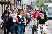 Fietsers kunnen met moeite voorbij de grote groep studenten in de binnenstad komen. Vandaag zijn in Utrecht de introductiedagen, onder de noemer UIT, van start gegaan. Eerstejaars studenten maken onder begeleiding van ouderejaars kennis met elkaar en de stad waar ze gaan studeren.<br /> <br /> Cyclists are having a hard time to pass a group of new students in the center of Utrecht.
