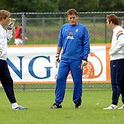 NLD/Rijnsburg/20060830 - Training Nederlands Elftal, Edwin van der Sar en reservekeeper Henk Timmer luisteren