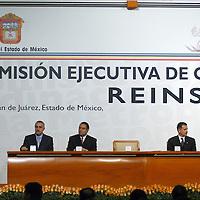 Naucalpan, Méx.- Vicente Fox Quezada, presidente de Mexico, Enrique Peña Nieto, Gobernador del Estado de Mexico y Alejandro Encinas, Jefe de Gobierno Capitalino, durante la firma de convenio para la Reinstalacion de la Comicion Ejecutiva de Coordinacion Metropolitana. Agencia MVT / Hernan Vázquez E. (DIGITAL)<br /> <br /> <br /> <br /> NO ARCHIVAR - NO ARCHIVE