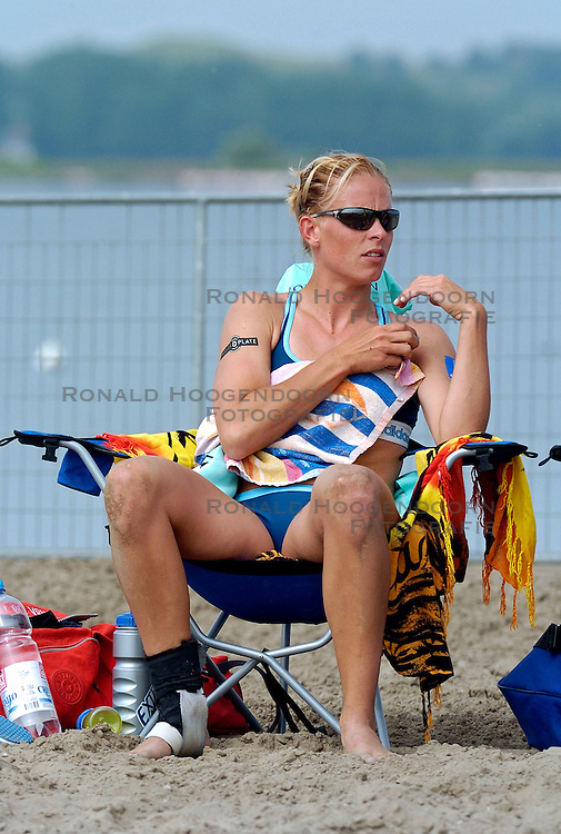18-062005 BEACHVOLLEYBAL: NESSELANDE TOERNOOI: ROTTERDAM<br /> De zeer zonnige derde ronde van de Eredivisie Beach Volleyball op het strand aan de Zevenhuizerplas te Rotterdam-Nesselande leverde geen verrassingen op / <br /> Mered de Vries<br /> &copy;2005-WWW.FOTOHOOGENDOORN.NL