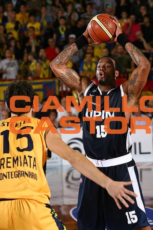 DESCRIZIONE : Porto San Giorgio Lega A1 2007-08 Premiata Montegranaro Upim Fortitudo Bologna <br /> GIOCATORE : James Thomas <br /> SQUADRA : Upim Fortitudo Bologna <br /> EVENTO : Campionato Lega A1 2007-2008 <br /> GARA : Premiata Montegranaro Upim Fortitudo Bologna <br /> DATA : 06/10/2007 <br /> CATEGORIA : Passaggio <br /> SPORT : Pallacanestro <br /> AUTORE : Agenzia Ciamillo-Castoria