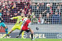 ROTTERDAM - Feyenoord - PSV , Voetbal , Eredivisie , Seizoen 2016/2017 , De Kuip , 26-02-2017 ,  Feyenoord speler Jens Toornstra (r) schiet de bal langs PSV keeper Jeroen Zoet (l) en scoort de 1-0