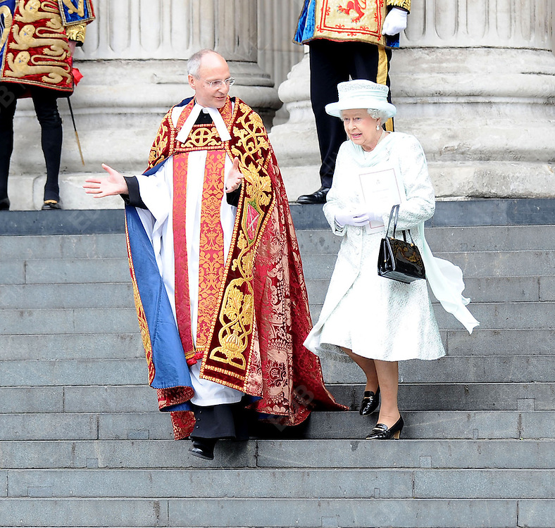 05.JUNE.2012. LONDON<br /> <br /> THE QUEEN LEAVING THE SERVICE OF THANKSGIVING AS PART OF THE QUEEN'S DIAMOND JUBILEE CELEBRATIONS AT ST PAUL'S CATHEDRAL IN LONDON<br /> <br /> BYLINE: EDBIMAGEARCHIVE.CO.UK<br /> <br /> *THIS IMAGE IS STRICTLY FOR UK NEWSPAPERS AND MAGAZINES ONLY*<br /> *FOR WORLD WIDE SALES AND WEB USE PLEASE CONTACT EDBIMAGEARCHIVE - 0208 954 5968*