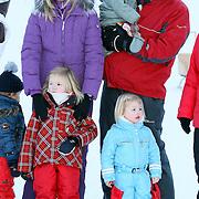 AUT/Lech/20080210 - Fotosessie Nederlandse Koninklijke familie in lech Oostenrijk, Koninging Beatrix, prins Willem-Alexander met partner prinses Maxima en kinderen Alexia, Ariane en Amalia