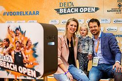 06-01-2018 NED: DELA Beach Open day 4, Den Haag<br /> Manon Flier, Reinder Nummerdor en Milou op de foto bij de Dela selfie service.