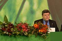 30 NOV 2003, DRESDEN/GERMANY:<br /> Reinhard Buetikofer, B90/Gruene bundesvorsitzender, mit Blumen, die fuer Wahlgewinner bereitliegen, 22. Ordentliche Bundesdelegiertenkonferenz Buendnis 90 / Die Gruenen, Messe Dresden<br /> IMAGE: 20031130-01-003<br /> KEYWORDS: Bündnis 90 / Die Grünen, BDK, Reinhard Bütikofer, flowers<br /> Parteitag, party congress, Bundesparteitag