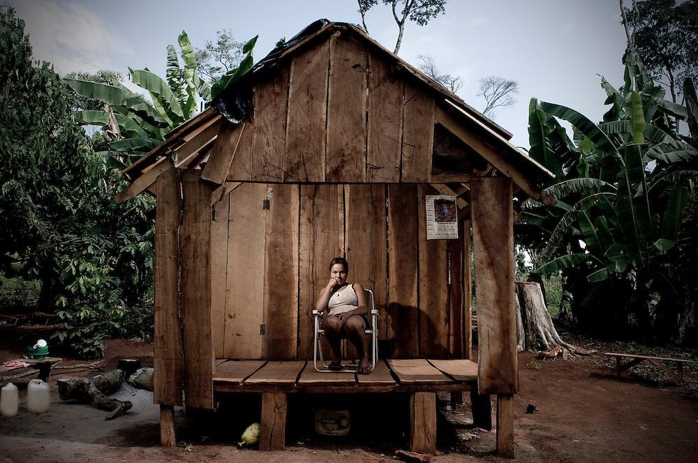 Itap&uacute;a, Paraguay.<br /> <br /> Ni&ntilde;a en casa de madera.<br /> <br /> El asentamiento 13 de Mayo, en el departamento de Itapu&aacute;, Paraguay, fue desalojado 17 veces en seis a&ntilde;os y otras tantas volvieron a su tierra. Son 8 hect&aacute;reas ocupadas por 40 familias y reclamadas por los sucesores de Amado Cano Ortiz, el ex m&eacute;dico personal del dictador Alfredo Stroessner.