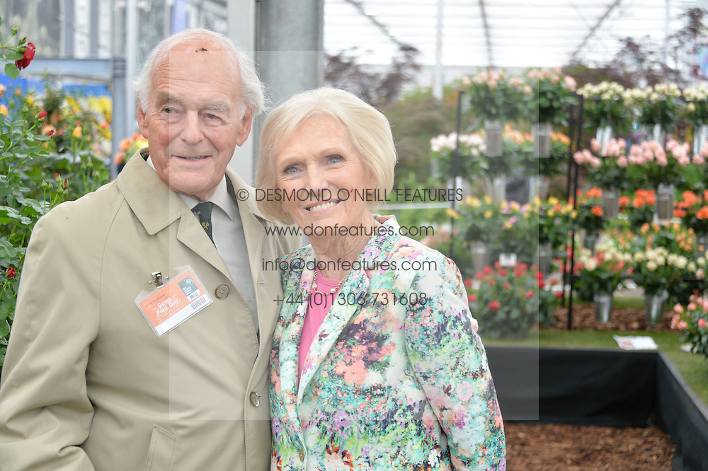 PAUL HUNNINGS and MARY BERRY at the 2015 RHS Chelsea Flower Show at the Royal Hospital Chelsea, London on 18th May 2015.