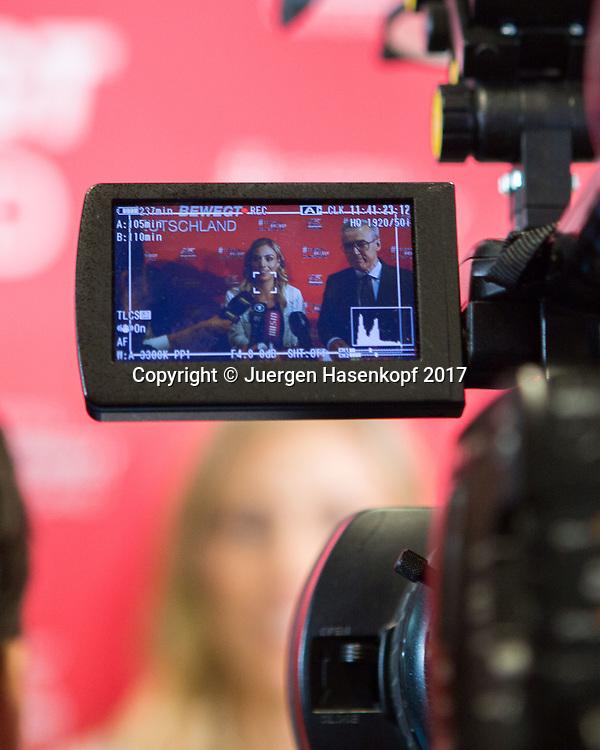 Tennis Profi ANGELIQUE KERBER (GER)  im Fokus der Medien bei einem Sponsoren Termin  in Muenchen, TV Kamera Monitor,Unschaerfe, selektive Fokusierung,