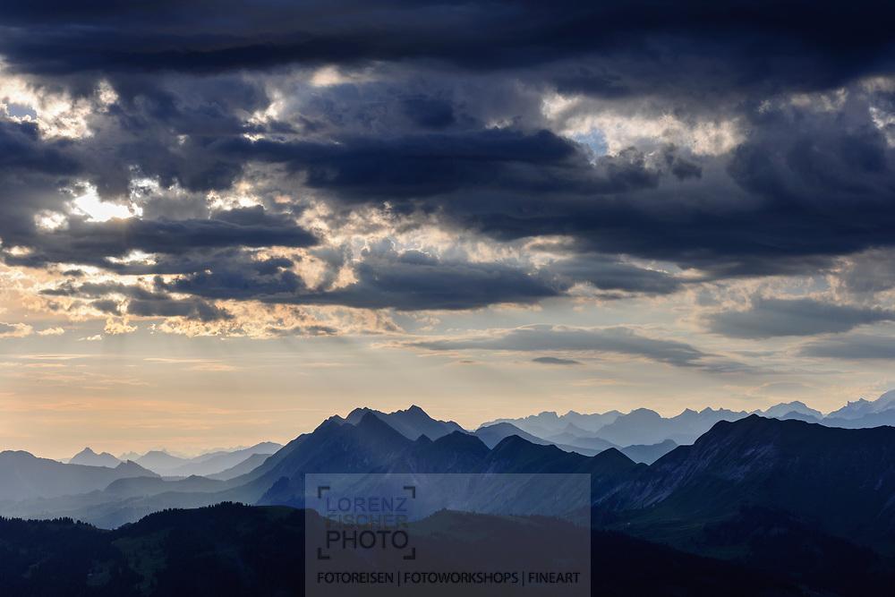 Impressionen und Aussichten vom Güggisgrat oberhalb Beatenberg und Interlaken am Sommerbeginn mit der Sommersonnenwende bei gewittriger Stimmung in die Berner Hochalpen, Interlaken, Bern, Schweiz