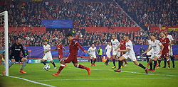 SEVILLE, SPAIN - Tuesday, November 21, 2017: Liverpool's Roberto Firmino scores the first goal during the UEFA Champions League Group E match between Sevilla FC and Liverpool FC at the Estadio Ramón Sánchez Pizjuán. (Pic by David Rawcliffe/Propaganda)
