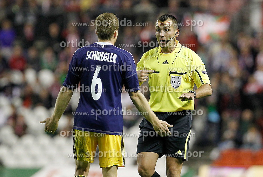 20.10.2011, San Mames Stadion, Bilbao, ESP, UEFA EL, Gruppe F, Athletic Bilbao (ESP) vs RB Salzburg (AUT), im Bild FC Salzburg's Christian Schwegler (l) have words with the referee Ivan Bebek  // during UEFA Europa League group F match between Athletic Bilbao (ESP) vs RB Salzburg (AUT) at San Mames Stadium, Bilbao, Spain on 20/10/2011. EXPA Pictures © 2011, PhotoCredit: EXPA/ Alterphoto/ Acero +++++ ATTENTION - OUT OF SPAIN/(ESP) +++++