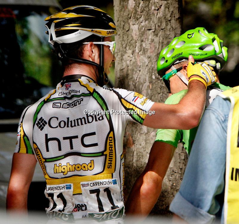 Frankrike.  Paris.  20090726. Thor Hushovd får et klapp på skulderen av Mark Cavendish etter målgang i Paris...FOTO: DANIEL SANNUM LAUTEN