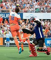 AMSTELVEEN -  Valentin Verga (Ned) in duel met keeper Mateusz Szymszyk (AUT)   tijdens Nederland-Oostenrijk bij de Rabo EuroHockey Championships 2017. COPYRIGHT KOEN SUYK