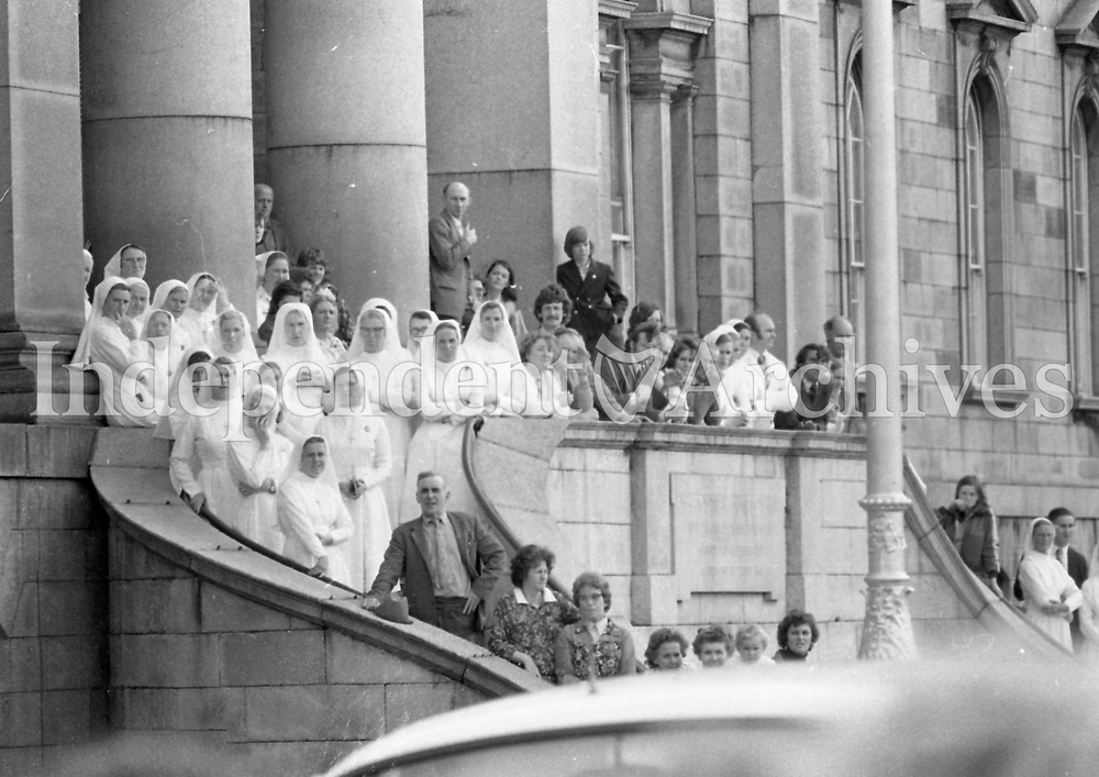 Nuns and staff at the Mater Hospital awaiting the funeral cortege of the late President Eamonn de Valera  who was buried in Glasnevin cemetery, 03/09/1975 (Part of the Independent Ireland Newspapers/NLI Collection).
